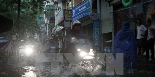 Hà Nội cố gắng hạn chế tình trạng ngập úng sau mưa tại các tuyến phố. (Ảnh: Tuấn Anh/TTXVN)
