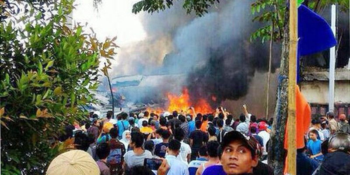 Máy bay quân đội Indonesia rơi, ít nhất 30 người chết