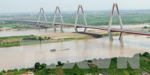 Cầu Nhật Tân bắc qua sông Hồng. (Ảnh: Huy Hùng/TTXVN)