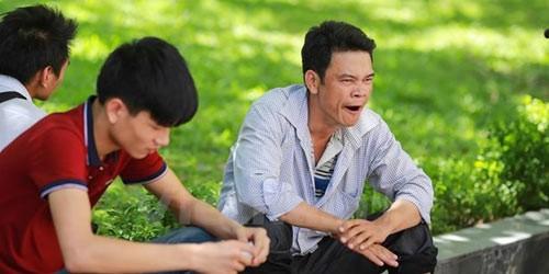 Thí sinh, phụ huynh mệt mỏi, vạ vật giữa trưa nắng chờ buổi thi chiều. (Ảnh: Lê Minh Sơn/Vietnam+)