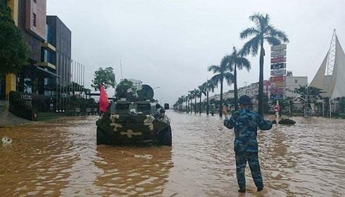 Bộ Chỉ huy quân sự tỉnh Quảng Ninh điều xe lội nước cứu dân vùng ngập sâu