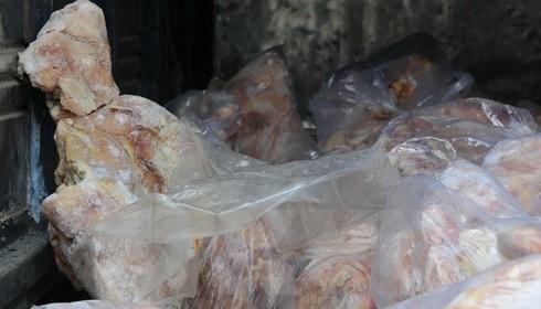 Vịt đông lạnh và xúc xích Trung Quốc nhập lậu vào Cao Bằng