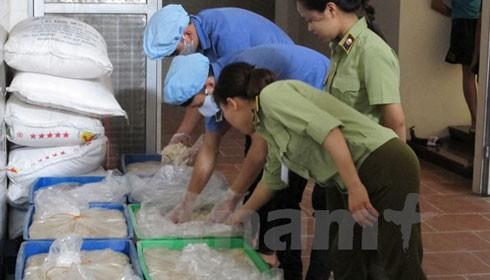 Lực lượng quản lý thị trường Hà Nội đang kiểm tra các cơ sở sản xuất bánh Trung thu (Ảnh: Đức Duy/Vietnam+)