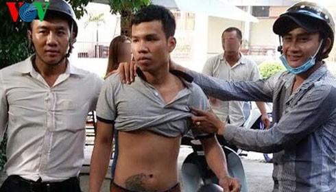 """Một tên cướp trong nhóm bị nhóm """"hiệp sĩ"""" bắt giữ."""