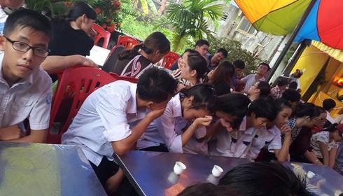 Bạn bè đau xót trước cái chết thương tâm của Dũng ngay trước cửa lớp học.