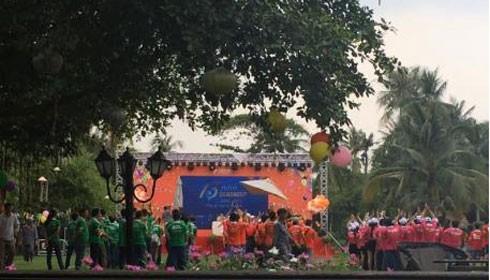 Hàng trăm nhân viên Cen Group hát lời chế bài Quốc ca tại khu du lịch Bình Quới 1 vào chiều ngày 15/10.