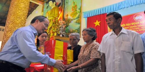 Chủ tịch UBTW MTTQ Việt Nam cùng nhà sư hát vang Quốc ca trong chùa
