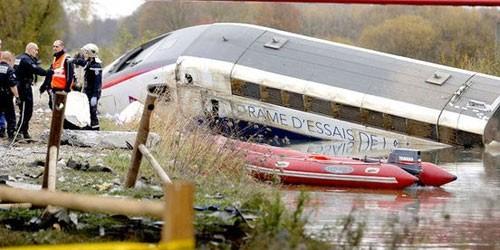 Tàu hỏa rơi chưa rõ nguyên nhân, Pháp lại chìm trong tang thương