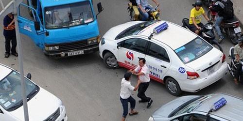 """Chỉ vì va chạm nhỏ, người ta sẵn sàng lao vào """"ăn thua đủ"""", thậm chí đoạt mạng của nhau. (Trong ảnh: Chỉ vì giành đường dẫn đến va quệt, lái xe taxi và xe tải lao vào ẩu đả làm tắc cả tuyến đường Hồng Hà, TP. HCM)"""