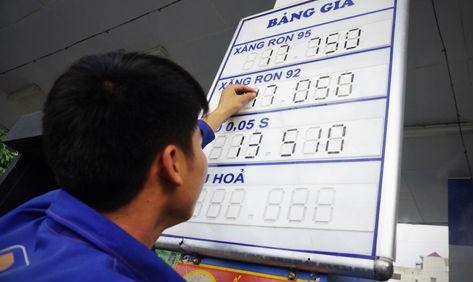 Nhân viên cây xăng của Petrolimex trên phố Hào Nam (Hà Nội) điều chỉnh giá lúc 15h chiều nay. Ảnh:Giang Huy