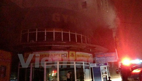 Hà Nội cháy chung cư cao tầng giữa đêm, hàng trăm người hoảng loạn