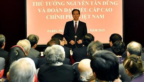 Thủ tướng Nguyễn Tấn Dũng gặp gỡ và nói chuyện thân mật với đại diện cộng đồng người Việt tại Pháp. Ảnh VGP/ Nhật Bắc