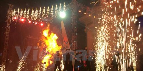 Khoảnh khắc ngọn lửa bùng lên khiến các nghệ sỹ trên sân khấu giật mình. (Ảnh: PV/Vietnam+)