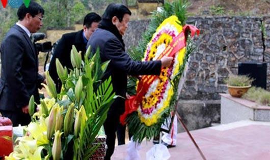 Chủ tịch nước dâng hương tại nghĩa trang liệt sĩ Trà Lĩnh