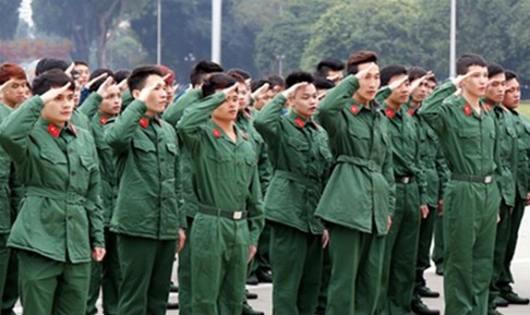 Thanh niên tiêu biểu của Thủ đô tình nguyện lên đường nhập ngũ năm 2016 trong nghi thức chào cờ.