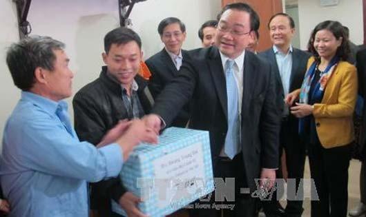 Bí thư Thành ủy Hoàng Trung Hải gặp gỡ các gia đình công nhân tại Khu nhà ở công nhân Kim Chung, huyện Đông Anh, Hà Nội. Ảnh: TTX.