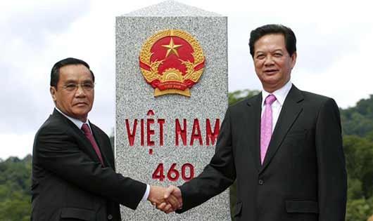 Thủ tướng Nguyễn Tấn Dũng và Thủ tướng Lào Thongsing Thammavong tại cột mốc biên giới 460.