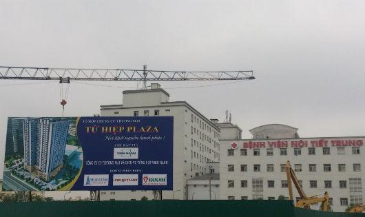 Công trình Tứ Hiệp Plaza gây sụt lún nghiêm trọng trong bệnh viện Nội tiết trung ương khiến hàng trăm bệnh nhân đang chữa trị lại gặp thêm nguy hiểm.