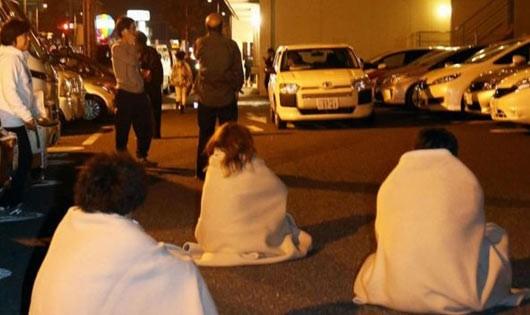 Sau động đất, nhiều người dân phải vào viện điều trị vết thương.