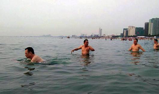 Ông Nguyễn Điểu (ngoài cùng bên trái) cùng nhiều lãnh đạo ngành tài nguyên môi trường Đà Nẵng đi tắm biển Phạm Văn Đồng trong sáng 30/4.