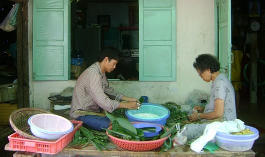 """Bà Lan cùng con trai tất bật gói bánh """"giao mối"""" dịp Tết Đoan Ngọ năm nay."""