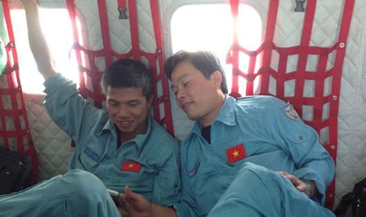 Thiếu tá Nguyễn Văn Chính (phải) cùng trung úy Lê Đức Lam - hai thành viên phi hành đoàn CASA 8983.