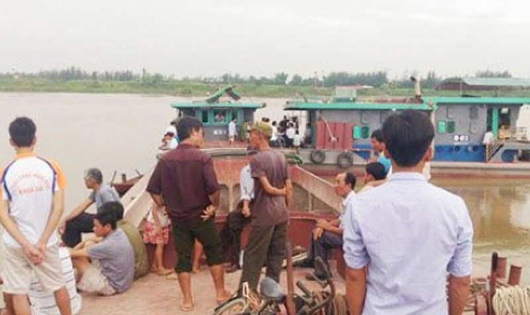Hai tàu đâm nhau, cặp vợ chồng và hai đứa con chìm xuống sông