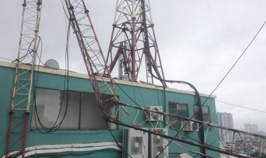 Cột thu sóng đổ giữa Hà Nội, một nhân viên văn phòng thiệt mạng