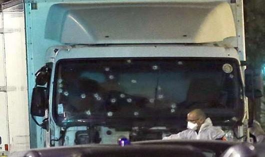Xe tải đầy súng và lựu đạn lao vào đám đông ở Pháp, ít nhất 80 người chết