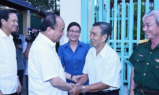 Xúc động khi Thủ tướng Nguyễn Xuân Phúc đến tận nhà thăm hỏi, tặng quà