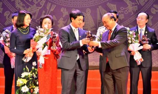 Thủ tướng Nguyễn Xuân Phúc trao Cup Thánh Gióng cho doanh nhân tiêu biểu.