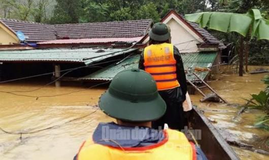 Hàng trăm bộ đội, dân quân tự vệ giúp khắc phục hậu quả mưa lũ ở miền Trung. Ảnh: Báo Quân đội nhân dân.