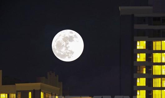 Choáng ngợp hình ảnh siêu trăng nhìn từ Việt Nam