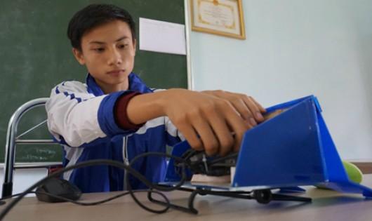 Chủ nhân sáng chế Nguyễn Ngọc Đức bên công trình sáng tạo đầu tay của bản thân. Ảnh: Lê Hoàng.