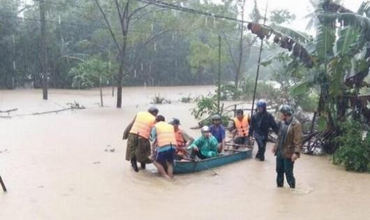 Lực lượng chức năng huyện Hoài Ân (Bình Định) đưa người dân đến nơi an toàn. Ảnh: Báo Bình Định.
