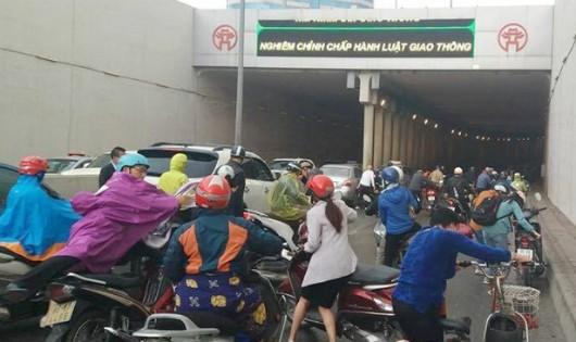 Người xe theo nhau ngã trong hầm cầu Kim Liên