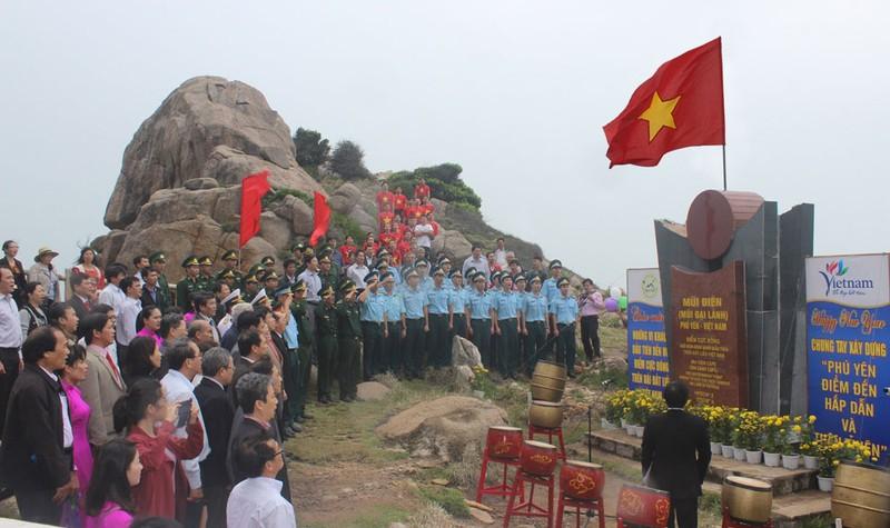 Lễ chào cờ đầu năm mới 2017 diễn ra tại cột mốc Mũi Điện - điểm cực Đông trên đất liền Việt Nam - Ảnh: báo Phú Yên