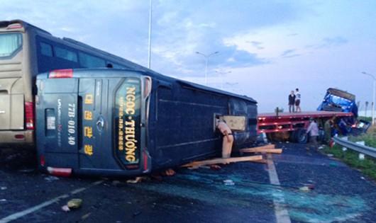 Nhiều ôtô tông nhau trên cao tốc Long Thành, 12 người nhập viện