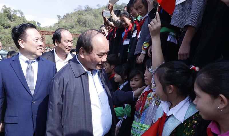 Thủ tướng thăm hỏi học sinh xã Lý Bôn, huyện Bảo Lâm, tỉnh Cao Bằng. Ảnh: VGP/Quang Hiếu