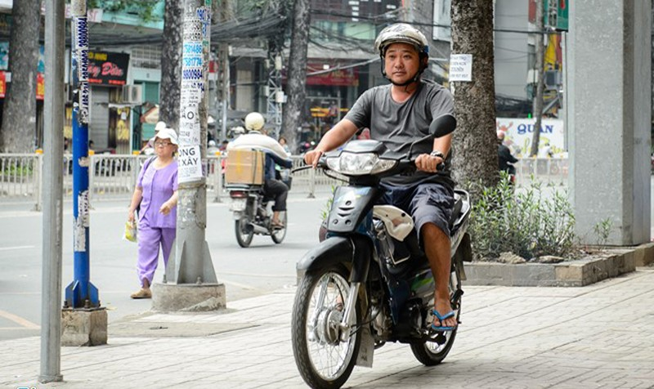 """""""Thằng Cò"""" đang ở Bình Dương kiếm sống bằng việc chạy xe ôm. Ảnh: Nguyễn Bá Ngọc."""