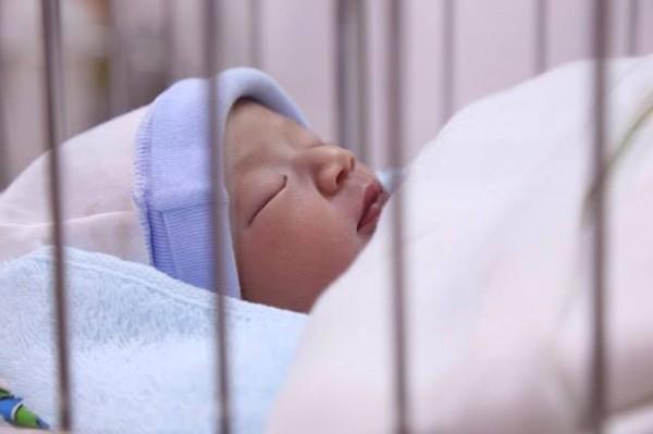 Bé gái sơ sinh đẹp như thiên thần bị mẹ bỏ lại bệnh viện