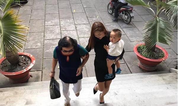 Phi Thanh Vân cho biết rất nhiều người thân muốn đến tòa án vì sợ cô buồn, nhưng nữ diễn viên cho biết cô sẽ mạnh mẽ vượt qua tất cả nên chỉ đi cùng con trai và mẹ ruột.