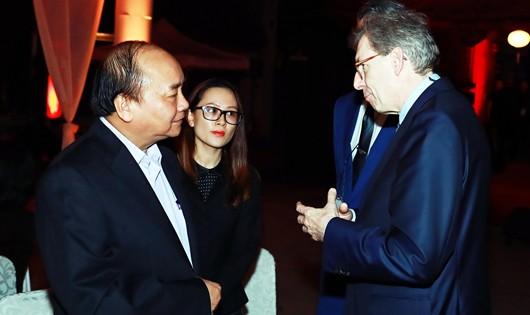 Thủ tướng nói chuyện với các doanh nhân trong buổi gặp gỡ. Ảnh: VGP/Quang Hiếu