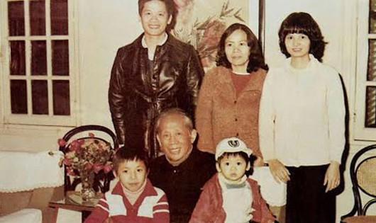 Tổng bí thư Lê Duẩn và một số người con, cháu vào năm 1982 - Ảnh: Gia đình cung cấp/Thanh Niên.