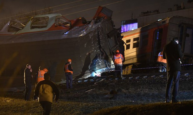Hơn 10 khách gặp nạn vì tàu dừng cứu người đàn ông trên đường ray