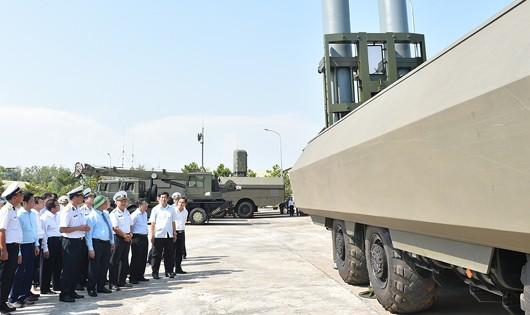 Thủ tướng thị sát  khí tài hiện đại của Lữ đoàn.