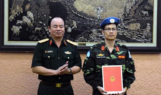 Thượng tướng Phạm Ngọc Minh trao quyết định của Chủ tịch nước cho Đại úy Nguyễn Quốc Khánh.
