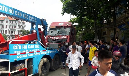 Hãi hùng: Xe container tông sập 2 nhà dân ở Hà Nội