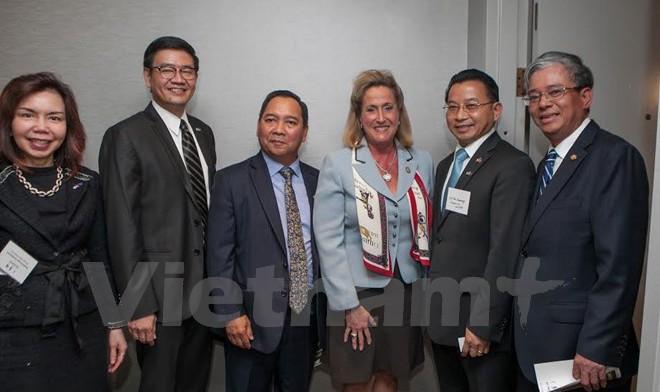 Các Đại sứ ASEAN gặp Hạ nghị sỹ Wagner và Castro. (Ảnh: Đoàn Hùng/Vietnam+)