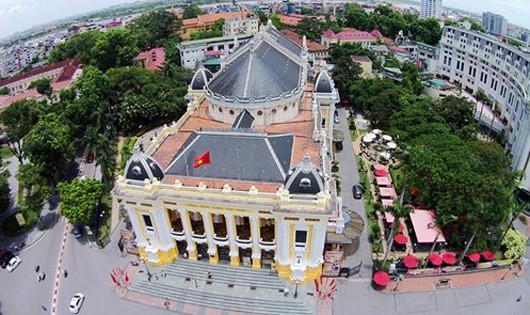 Nhà hát lớn Hà Nội nằm ngay đầu phố Tràng Tiền, cách không xa hồ Hoàn Kiếm và bảo tàng Lịch sử Việt Nam. Ảnh: Giang Huy.